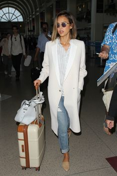 13db2b86207b 44 Times Jessica Alba s Outfit Was No Match For a Long Plane Ride