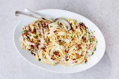 Superromige spaghetti carbonara Pasta Carbonara, Pasta Recipes, New Recipes, Family Meals, Risotto, Macaroni And Cheese, Good Food, Dinner, Salads