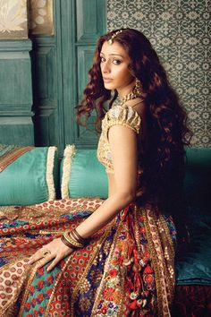 Tabu- in a Sabyasachi creation. Defies age n convention glamour. Description by Pinner Mahua Roy Chowdhury Mode Bollywood, Bollywood Stars, Bollywood Fashion, Bollywood Actress, Indian Attire, Indian Wear, Indian Dresses, Indian Outfits, Indian Clothes