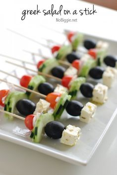 Clever, simple and tasty idea! These greek salad bites make the best appetizer - greek salad on a stick is a hit with everyone! Finger Food Appetizers, Appetizers For Party, Appetizer Recipes, Party Recipes, Picnic Finger Foods, Delicious Appetizers, Kabob Recipes, Snacks Recipes, Salad Recipes