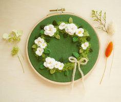 1,036 отметок «Нравится», 14 комментариев — 프랑스자수momo의 소녀의자수 (@girls.embroidery) в Instagram: «날씨는 좋은데 미세먼지 ㅠㅠ휴..맘껏 환기좀 하고 싶다.. . . . ♡꽃자수 수강신청은 블로그로♡»