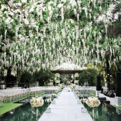 This breathtakingly beautiful aisle reminds us of the Breaking Dawn wedding!