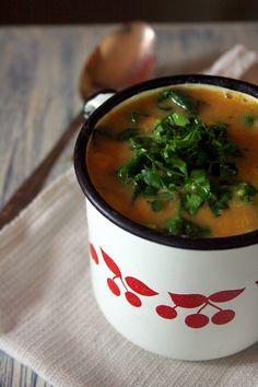Moim bardzo wiernym czytelnikom przepis na tytułową zupę jest doskonale znany, bo pojawiła się na blogu pod poprzednim adresem. Dlaczego w takim razie ją kopiuję? Zacznę od początku.