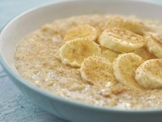banana oatmeal w/ chia seeds Vegetarian Breakfast, Breakfast Dishes, Breakfast Recipes, Healthy Pregnancy Snacks, Healthy Snacks, Banana Porridge Recipes, Raw Banana, Banana Breakfast, Honey And Cinnamon