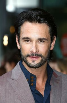 Rodrigo Santoro... And you just shit yourself when you realized he is Xerxes in 300 lol