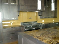 Clear glass backsplash for kitchen with beautiful wooden cabinets | Decolover.net