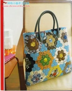 Patchwork Quilts Suzuko Koseki~ idea for a beehive bag Patchwork Patterns, Patchwork Bags, Quilted Bag, Quilted Handbags, Cute Sewing Projects, Japanese Bag, Hexagon Quilt, Craft Bags, English Paper Piecing