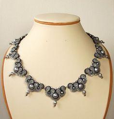 Soutache Jewelry   Idea para Dianita Soutache Jewelry. Soutache necklace   Soutache Beaded Jewelry Designs, Bead Jewellery, Handmade Jewelry, Handmade Necklaces, Soutache Pendant, Soutache Necklace, Kanzashi, Embroidery Jewelry, Bridal Jewelry