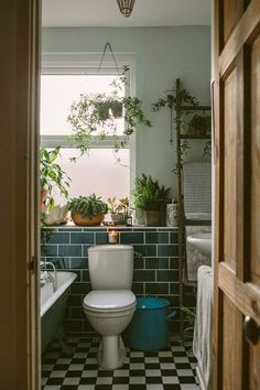 Anna Potter's Home (Design*Sponge). >>> Figure out even more by clicking the photo verde escuro externa Anna Potter's Home (Design*Sponge) Home Design, Design Design, Design Ideas, Rental Bathroom, Master Bathroom, Earthy Bathroom, Small Bathroom, Bohemian Bathroom, Tropical Bathroom