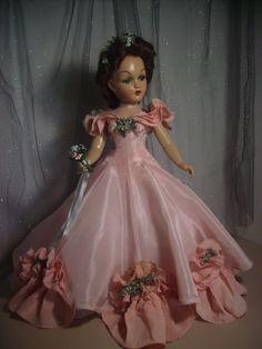 VTG Portrait Madame Alexander Composition Wendy Ann Bridesmaid Doll Peachy Pink satin Gown with pearl necklace. Girl Dolls, Barbie Dolls, Plastic Girl, Vintage Dolls, Antique Dolls, Glamour Dolls, Ann Doll, Madame Alexander Dolls, Satin Gown