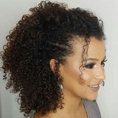 Penteados afros: 75 - February 09 2019 at Curly Wedding Hair, Long Curly Hair, Wavy Hair, Curly Hair Styles, Updo Curly, Afro Hairstyles, Hairstyles With Bangs, Night Hairstyles, Amazing Hairstyles