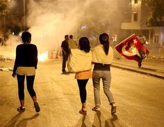 Ankara'da sabaha kadar Gezi eylemi 22/23.06.2013 - BAŞKENT'te Taksim Gezi Parkı'na destek için dün gece Dikmen'de toplanan yaklaşık bin kişi slogan atarak Kızılay'a yürümek istedi. Eylem sabahın ilk saatlerine kadar devam etti.