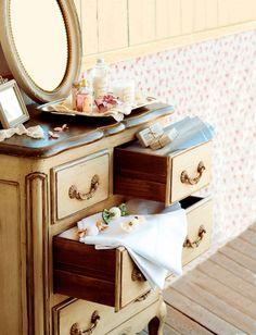 Tocador de estilo romántico y afrancesado con bolitas de olor_366861