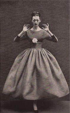 "theniftyfifties: "" Dovima wearing a dress by Balenciaga for Harper's Bazaar, October Photo by Richard Avedon. Vintage Vogue, Vintage Glamour, Vintage Beauty, Richard Avedon, 1950s Style, Vintage Outfits, Vintage Dresses, 1950s Dresses, Moda Fashion"