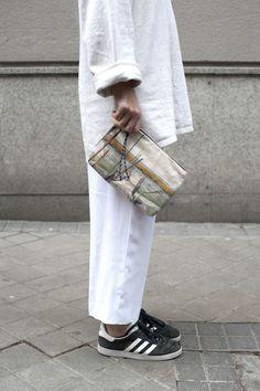 bolso de mano midi en algodón hecho en España, foto tomada en Portugal.