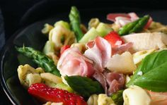 Parsapastasalaatti/Pasta salad with asparagus and strawberrries, Kotiliesi. Asparagus Salad, Asparagus Recipe, Pasta Salad, Potato Salad, Potatoes, Ethnic Recipes, Food, Red Peppers, Crab Pasta Salad