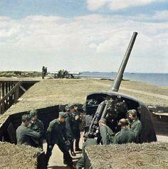 """De """"batterij"""" Delfzijl, heeft tijdens de hele oorlog een belangrijke rol gespeeld bij de verdediging van Delfzijl door de Duitsers. Een batterij was een serie van vier kanonnen. De batterij was bedoeld als luchtafweergeschut maar kon ook gericht worden op de Eems of het binnenland, afhankelijk van waar de vijand zich op hield. Lees meer op: http://www.deverhalenvangroningen.nl/alle-verhalen/de-slag-om-delfzijl-pocket"""