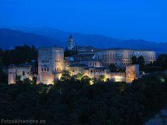La Alhambra desde el Mirador de San Nicolás al anochecer