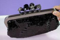 Bolsa Carteira Anel Caveira Preta. Para dar um ar sofisticado e moderno. Perfeita para a balada! Confira-a em nosso site!