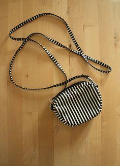 Kup mój przedmiot na #vintedpl http://www.vinted.pl/damskie-torby/torby-na-ramie/18800133-malutka-bialo-czarna-torebeczka-w-paski-z-hm-biala-czarna-portmonetka-minimal-rock-punk-goth