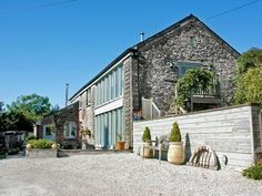 Landrends Barn - Skyber in Cornwall. Tucked away in a quiet rural location, and enjoying views over Kensey Valley and the surrounding countryside, this superb holiday accommodation is set amongst open countryside.Sleeps 4 and 1 pet.