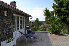 """A""""Quinta do Bosque""""com uma área de 2.900 m2, totalmente vedada com rede, fica localizada na Região de Pedrógão Grande, a 30 minutos de Coimbra. Fica integrada num pequenino bosque, bem arborizado e com vistas lindíssimas para a imensidão da paisagem. Possui uma casa de habitação com 150m m2, compreendendo dois pisos que são térreos nos dois níveis. No primeiro encontramos um grande salão com grandes janelas, com muita luz, com espaços para lazer, refeições, com lareira &am..."""