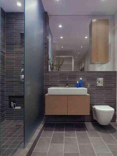 une salle de bains élégante en gris avec un mobilier en bois clair