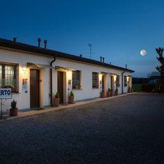 Motel il Riposo, Mantova. Vista notturna. In una serata di inizio primavera, con una luce molto bella, poco dopo il calar del sole, abbiamo immortalato il nostro romantico motel