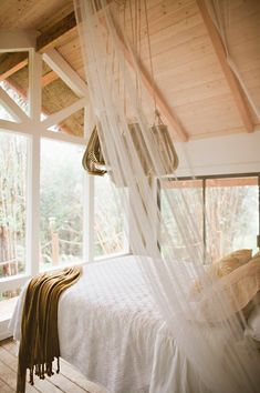 Go glamping in Hawaii! Discover the best places to visit and top things to do in Hawaii. Luxury vacation ideas for the best trips to Hawaii found here! Hawaii Tiny House, Treehouse Vacations, Building A Treehouse, Hawaiian Homes, Hawaiian Decor, Tiny House Builders, Tiny House Swoon, Tiny Spaces, Trendy Home