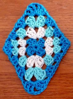 Granny triangle – pattern is in Dutch but photos are clear – Granny Square Crochet Quilt, Crochet Art, Crochet Motif, Crochet Designs, Crochet Crafts, Crochet Flowers, Crochet Stitches, Granny Square Crochet Pattern, Afghan Crochet Patterns