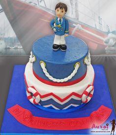 Estamos entrando de lleno a la época de Comuniones y por ello hemos hecho esta tarta personalizada con motivos tradicionales de Comunión para niños. Por supuesto no podía faltar nuestro pequeño marinero con su uniforme.