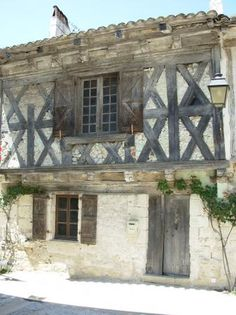 Nice stone built house situated in a medieval village in Midi-Pyrenees, c. 45 mins from Toulouse airport, 10 kms from exit n°8 (Valence d'Agen) and the A62 (Bordeaux-Toulouse)autoroute.  2 kms from a larger village with post office and a bakery, grocery, paper shop, bar/restaurant.  E120  A very nice stone built house, with wattle and daub in need of restoration.    An entrance hall, sitting rom/dining room (29m²), stone walls, beams and wooden floors.  Kitchen with fireplace, stone walls. 4