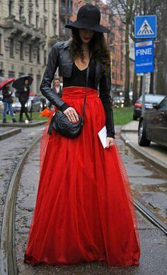 Falda tul rojo y cazadora de piel negra. Urban fashion style
