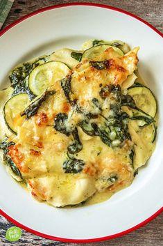 Recept voor vegetarische lasagne met spinazie / courgette / knoflook / look / grana padano / kaas / cheese / comfortfood / verse oregano / kookroom / creamy / easy / makkelijk / snel / kinderen / kids recipe / goedkoop / budget / Italiaans #hellofresh #maaltijdbox #recept #recepten #avondmaal #lekker #tasty #best #recipe #veggie #vegetarisch #lasagne #lasagna #spinazie #courgette #vegetables #groenten #kids #kinderen #familyrecipe Veggie Recipes, Vegetarian Recipes, Healthy Recipes, Veggie Lasagne, Vegan Jambalaya, Zucchini, Oven Dishes, Comfort Food, Love Food
