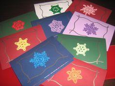 Postales de Navidad con copo de nieve de ganchillo y detalle de embossing.
