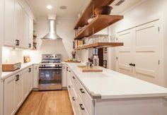 étagères suspendues au dessus de l'ilot de cuisine