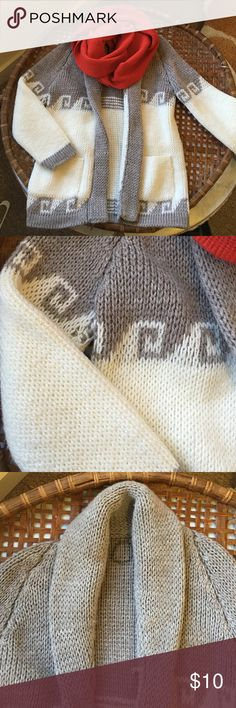 Vintage Gray & White Comfy Sweater Comfy vintage oversized sweater perfect for fall evenings! Please note that the name Rose is written inside the collar. Sweaters Cardigans