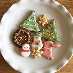 * 先日、娘の通っていた 保育所の先生達と アイシングクッキーを作りました。 その時のサンプルです😊 *  先生達がアイシングを 楽しんでいる姿を見ていると とっても嬉しい気持ちになりました😊💕 *  #decoratedcookies  #customcookies  #アイシングクッキー #royalicing #クッキー #クリスマス #うさぎ #アイシングクッキーレッスン  #クリスマスクッキー #christmascookies