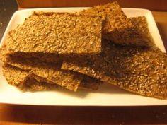 Kuitunäkkäri 1/2 l vettä 2 rkl psyllium kuitua 2 dl Fibrexiä (sokerijuurikaskuitu=gluteeniton ja vähä-hh) n. 3 rkl jauhoa (käytin itse 2 rkl tattaria, 1 rkl riisi, tuskin väliä…) suolaa maun mukaan Halutessa seesaminsiemeniä päälle uuniin mennessä
