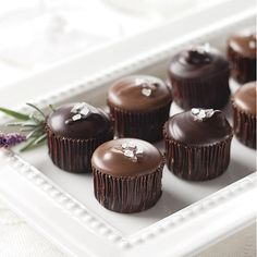 Salted caramel Cups** Not sure about the caramel part but love the look of these chocolate cupcakes Candy Recipes, Sweet Recipes, Dessert Recipes, Just Desserts, Delicious Desserts, Yummy Food, Cake Pops, Yummy Treats, Sweet Treats