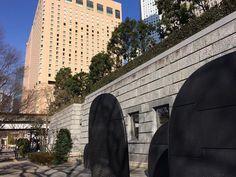 今週は週末にかけて寒波来襲で非常に寒いがこの辺は陽だまりで暖かい都庁前の謎の黒いアートワークの前を歩く#metropolitangovernment #shinjuku #tokyo