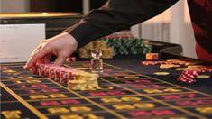 Kompetente Casino-Dealer und Croupiers erfahren eine gründliche Ausbildung! (Bild von whekevi auf Pixababy) Ein seriöser Casino-Dealer und Croupier sorgt für die Kontrolle und Fairplay am Spieltisch. Die Leitung eines Tischspiels zu übernehmen ist eine verantwortungsvolle Tätigkeit, die nach einer detaillierten Ausbildung verlangt. Play Casino Games, Gambling Games, Gambling Quotes, Party Games, Pasta Primavera, Casino Royale, Casino Party, Casino Night, Casino Table