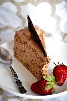 Jedna rodjendanska torta. Puna ljesnjaka i fine kreme !! Ljesnjak torta Biskvit: 9 jaja,odvojiti zumanjke od bjelanja...