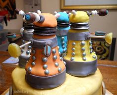 Daleks made from ice cream cones! I could make myself a Dalek ice cream cake! Doctor Who Birthday, Doctor Who Party, Doctor Who Dalek, Dalek Cake, Tardis Cake, Geek Party, Party Themes, Party Ideas, 50th Party