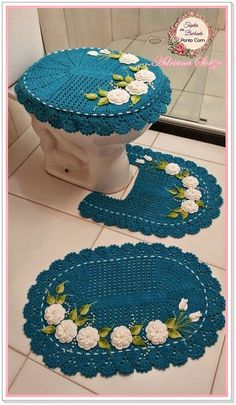 Tapetes em Barbante Ponto Com: Novo jogo de banheiro. So pretty no directions that I could see but it is very beautiful. Wish I could learn how to make this. Crochet Mat, Crochet Rug Patterns, Love Crochet, Beautiful Crochet, Crochet Doilies, Crochet Flowers, Crochet Stitches, Crochet Home Decor, Crochet Crafts
