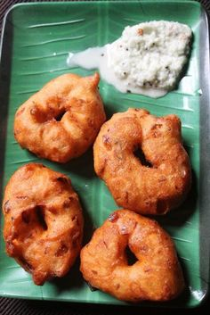 Vadai is my favorite evening snacks.These medu vadai is so crispy on the outside but wicked fluffy in the center…Dipping this in chu. Indian Desserts, Indian Snacks, Indian Food Recipes, Medu Vada Recipe, South Indian Breakfast Recipes, Tea Time Snacks, Evening Snacks, South Indian Food, Breakfast Items