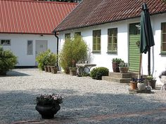 Drömmen om livet på landet... Foto från Hemnet Home Focus, Outdoor Spaces, Outdoor Decor, Nordic Home, Garden Cottage, Small Garden Design, Country Life, My House, Facade