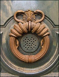 Paris myope: Aux portes du vieux Paris : Heurtoirs Antique Door Knockers, Door Knobs And Knockers, Entry Doors, The Doors, Make A Door, Old Keys, Door Detail, Door Gate, Unique Doors