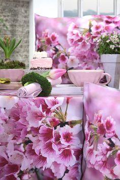 Tischläufer KYOTO   Nicht umsonst ist die prächtige Kirschblüte in Kyoto weltberühmt. Und die allerschönsten Blüten sind im brillanten Digitaldruck auf den Tischläufer und das passende Kissen gebannt. Holen Sie sie sich nach Hause, und dann gönnen Sie sich eine aromatische Tasse Tee und träumen vom Frühling...