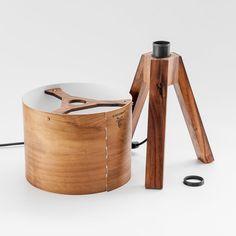 Luminária Tripé em Imbuia - comprar online Wooden Desk Lamp, Table Lamp Wood, Lamp Design, Lighting Design, I Like Lamp, Diy Floor Lamp, Recycled Decor, House Lamp, Creative Lamps